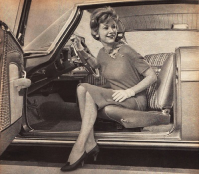 vintage photo 1950s housewife in car