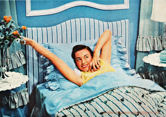 Vntage photo 1950s houswife in bed