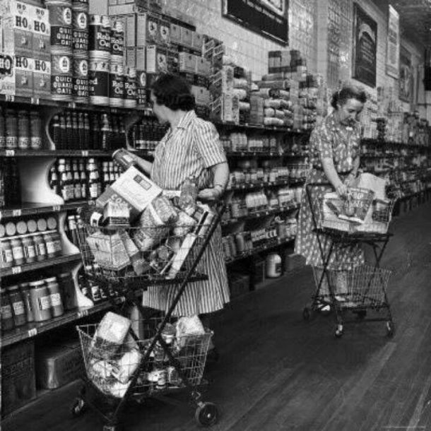 Vintage housewivesfood shopping